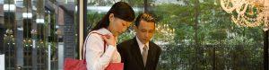 Femme asiatique et un concierge d'hotel de luxe
